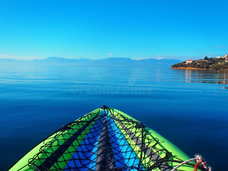 可膨胀的皮船在镇静哥林斯湾水,希腊中 免版税库存照片