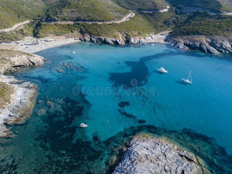 可西嘉岛、弯曲道路和小海湾海岸的鸟瞰图与水晶海 Aliso海湾  法国 免版税库存照片
