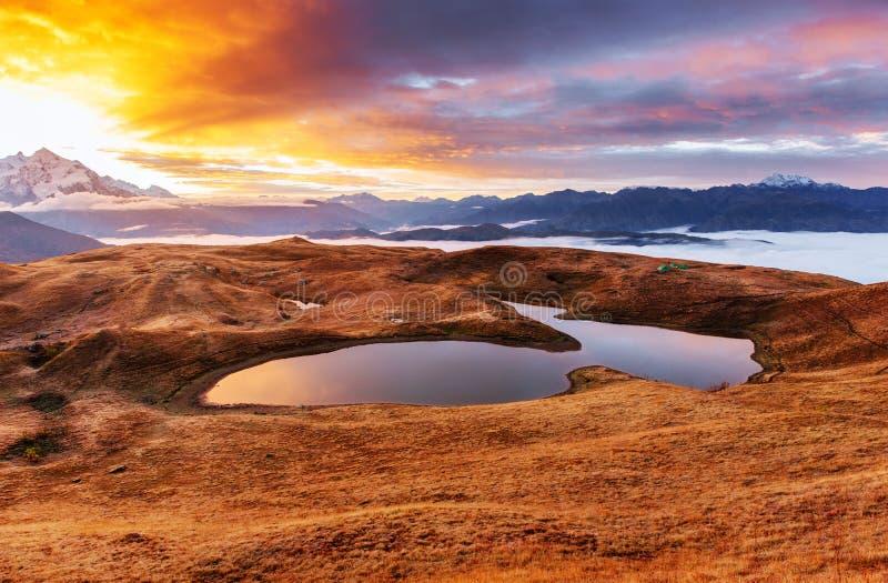 可西嘉岛科西嘉岛creno de法国LAC湖山山 美好的日出 雾房子横向早晨剪影结构树 Koruldi湖 主要白种人土坎 免版税库存图片