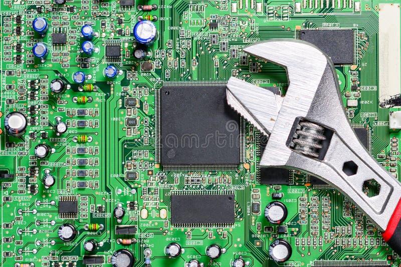 可调扳手或扳手作为一个工具为修理计算机芯片 背景,特写镜头 免版税库存照片