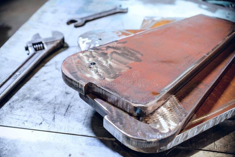 可调整和开口扳手 被堆积的钢金属片 库存照片