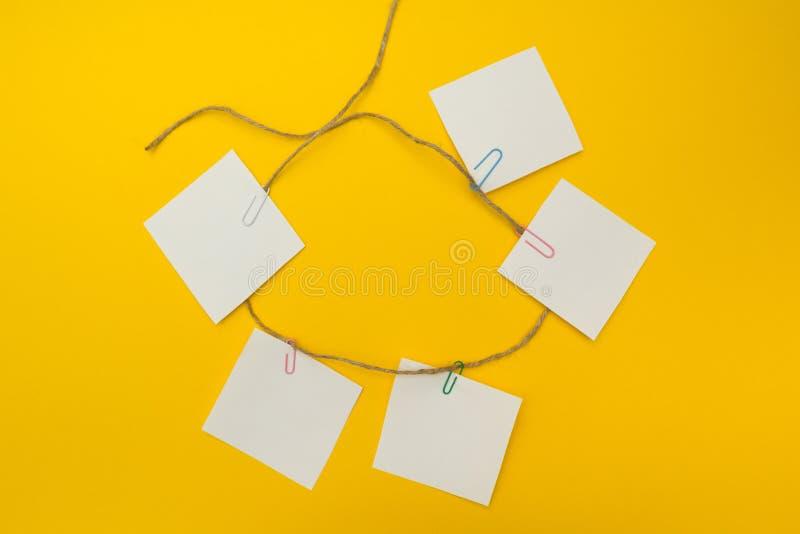 可逆循环在黄色背景的过程图 平的构成 免版税库存照片