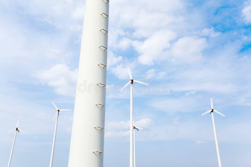 可选择能源 在白色云彩和光b下的风力场 免版税库存图片