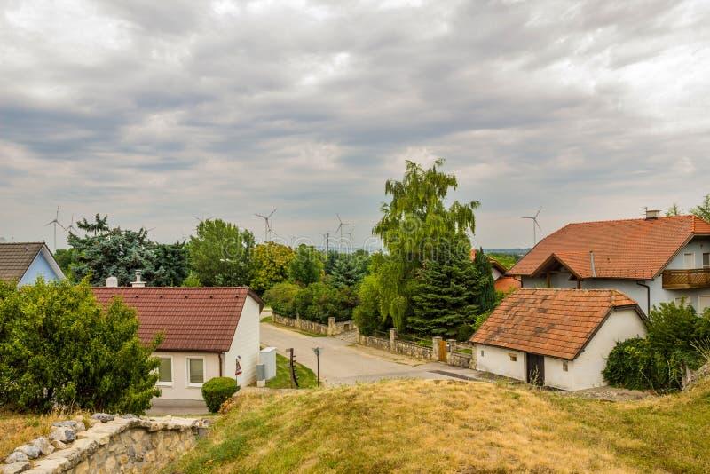 可选择能源 未来的能量 造风机在村庄 免版税库存照片