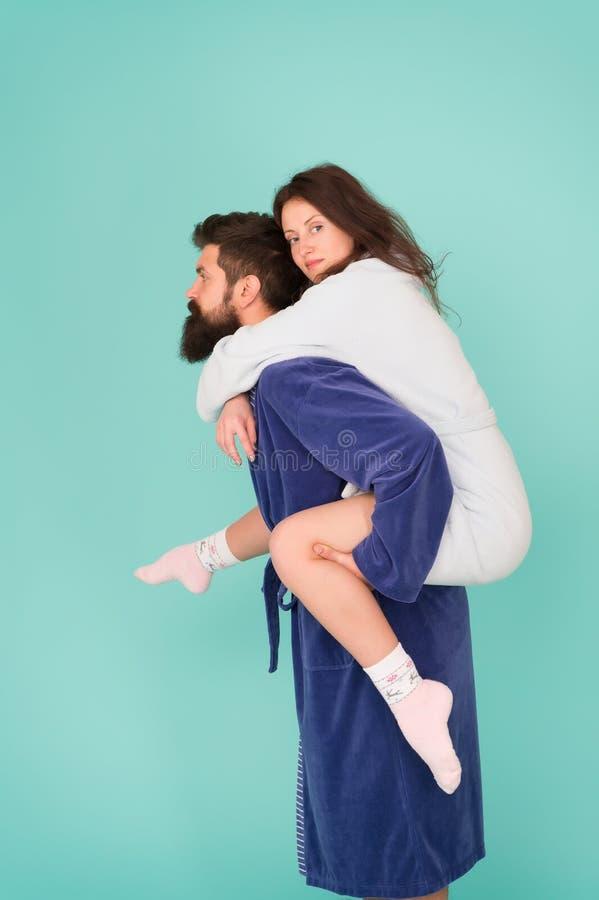 可靠的支持 扛在肩上美女的英俊的年轻人 结合在获得的浴巾乐趣 信任和支持 免版税库存图片