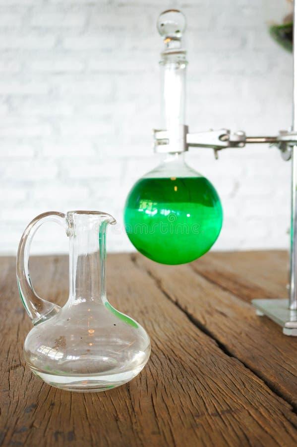 可食的绿色魔药或实验室试验在实验室烧瓶 免版税库存图片