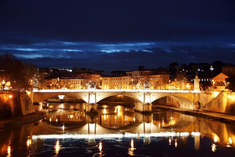 台伯河和桥梁维托里奥Emanuelle夜视图II 罗马 免版税库存照片