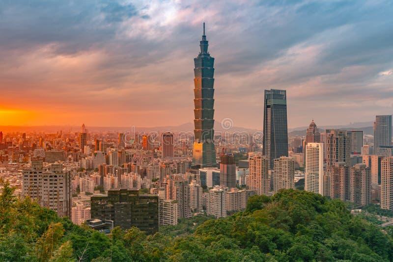 台北与日落地平线的市地平线 图库摄影