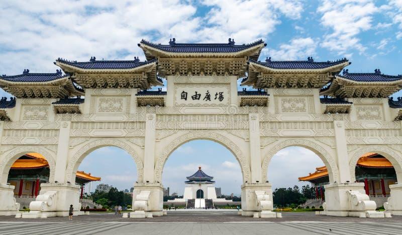 台北台湾 28 4月2018 著名地标大厦中正纪念堂看得见在曲拱中间 库存图片
