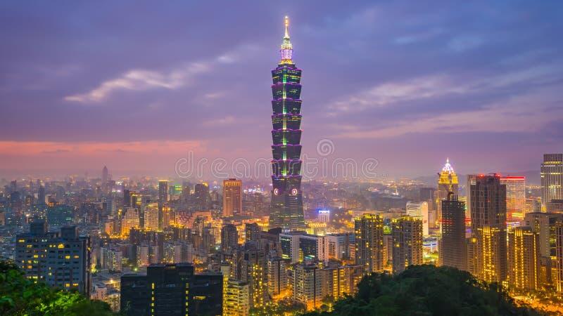 台北在微明的市地平线在台湾 免版税库存图片
