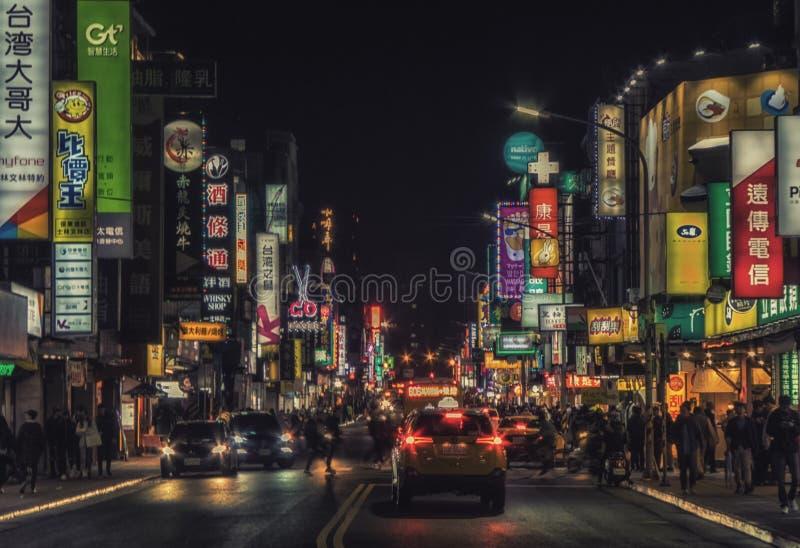 台北夜生活霓虹灯乘出租车拥挤城市街道. 水平, 户外.