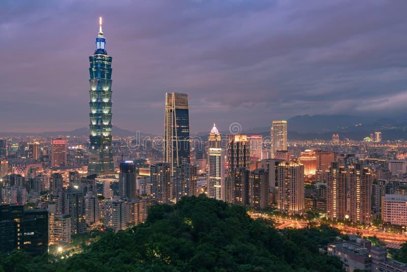 台北市中央企业街市地平线 库存照片