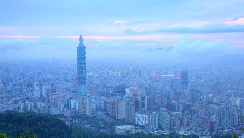 台北市和市中心空中全景以淡水河为目的在微明下 免版税库存照片