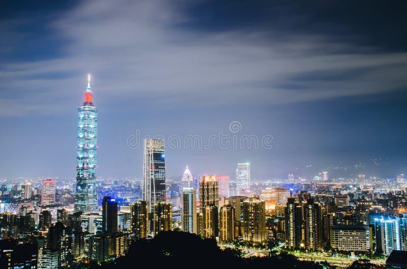 台北市夜有101塔的,中心是一个地标摩天大楼在台北,台湾 免版税库存照片