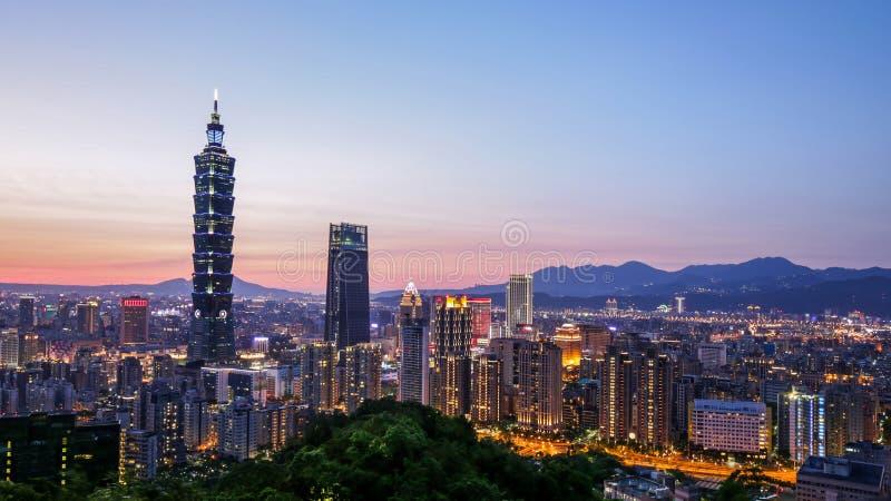 台北市街市地平线全景在微明的 图库摄影