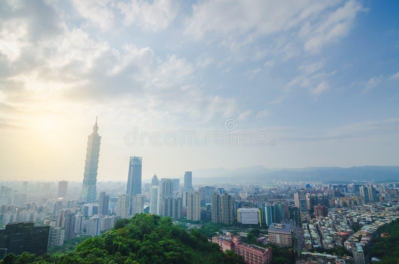 台北街市地平线和台北101,中心是一个地标摩天大楼在台北,台湾 库存照片