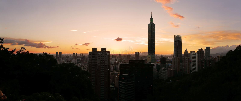 台北,台湾在微明的市地平线 图库摄影