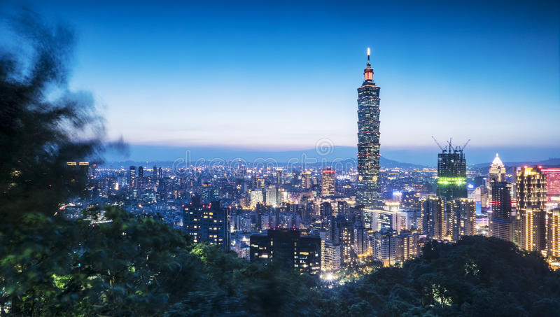 台北,台湾夜在微明的市地平线 免版税库存照片