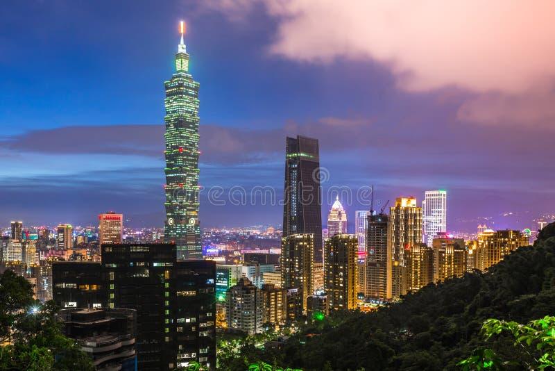 台北,台湾市在微明的摩天大楼和城市地平线 库存图片