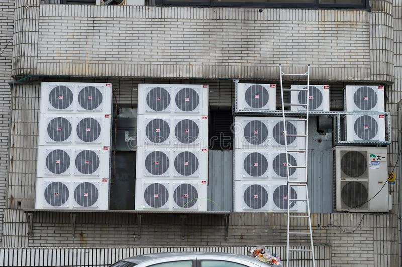 台北,台湾-大约2018年3月:分裂单位空调器压缩机的品种类型 免版税库存照片