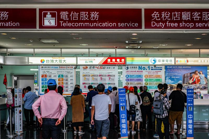 台北,台湾- 2017年10月1日:旅客在桃园国际机场买从电信柜台sevices的一流动sim, 免版税库存图片
