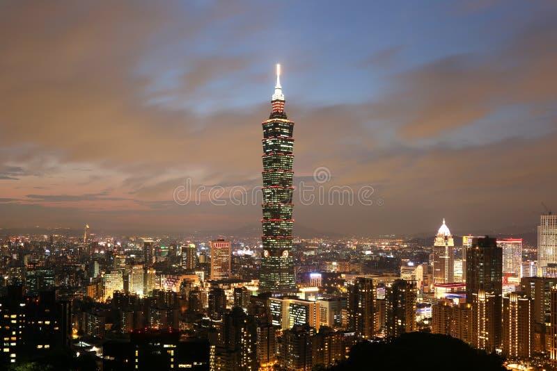 台北101摩天大楼在微明的街市台湾 免版税库存照片