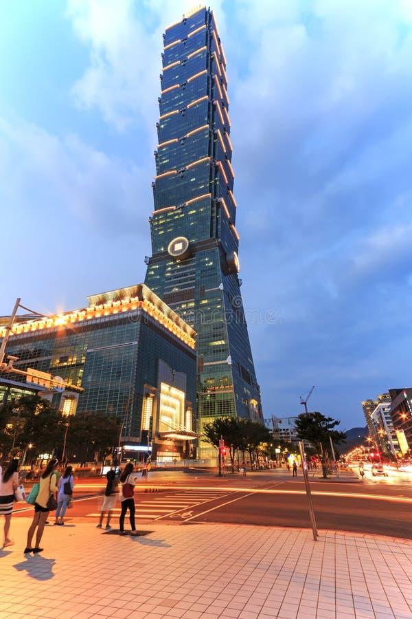 台北101,一最高的摩天大楼在世界上,在附近走的微明和的游人 免版税图库摄影