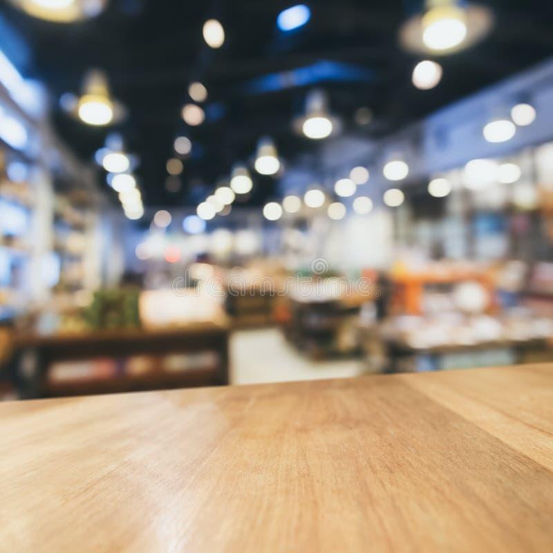 台式柜台有被弄脏的零售店背景 免版税图库摄影