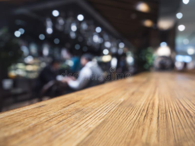 台式柜台酒吧与侍酒者的餐馆背景 库存图片