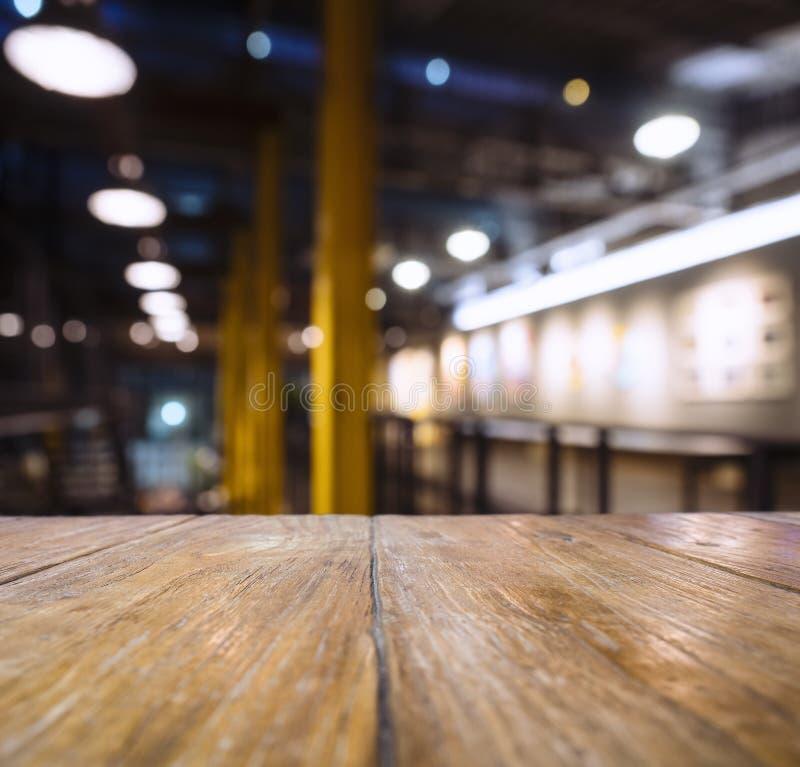 台式柜台酒吧迷离餐馆与照明设备的客栈内部 免版税库存照片