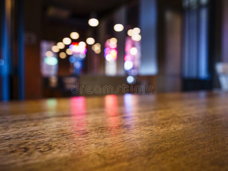 台式酒吧柜台弄脏了五颜六色的照明设备背景 库存图片