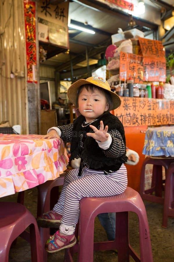 台湾土产少女好奇地向照相机问好 免版税库存图片