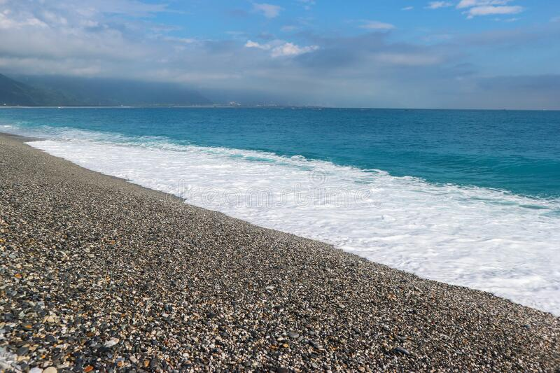 台湾花莲阳光明媚的天花浪海滩 免版税库存照片
