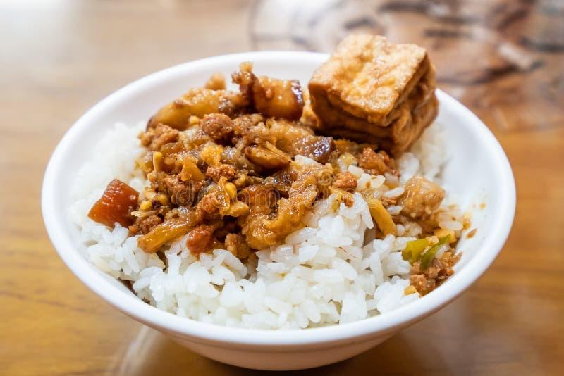 台湾著名食物-被炖的猪肉和油煎的豆腐在米 大豆被炖的猪肉米,台湾纤巧,台湾街食物 库存图片