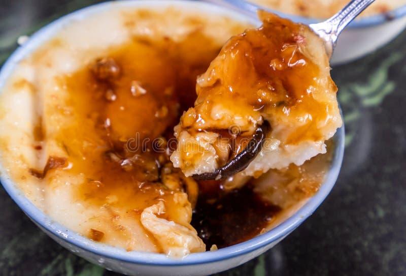 台湾` s特别著名快餐:在一个白色碗的美味大米布丁Wa gui在石桌,台湾纤巧上 免版税图库摄影