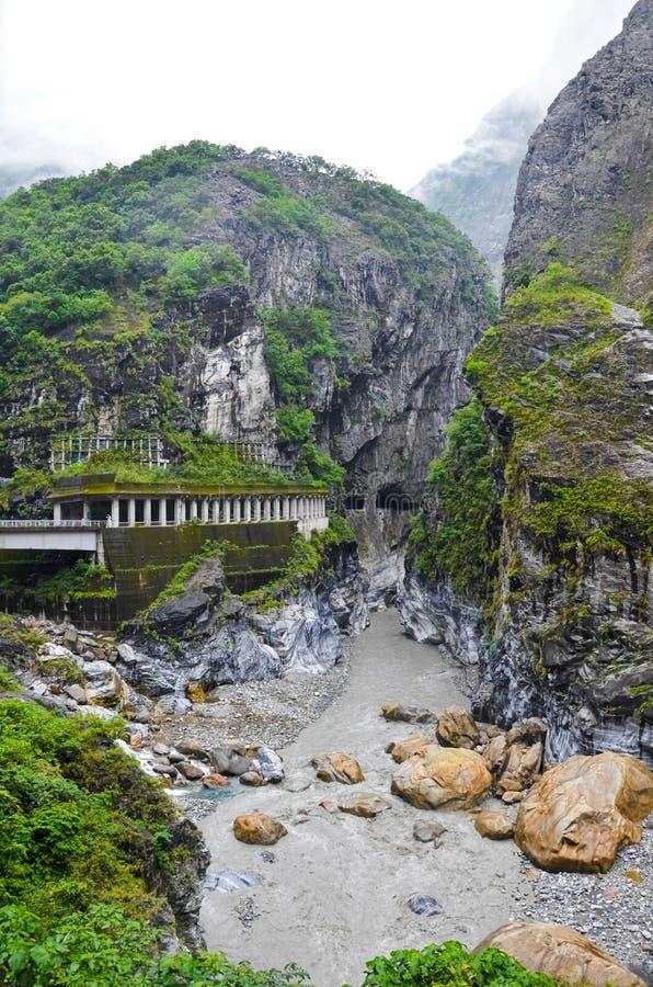 台湾Taroko峡谷令人惊讶的看法在一有薄雾的天 太鲁阁国家公园是普遍的旅游景点在台湾 陡峭的岩石 免版税库存照片