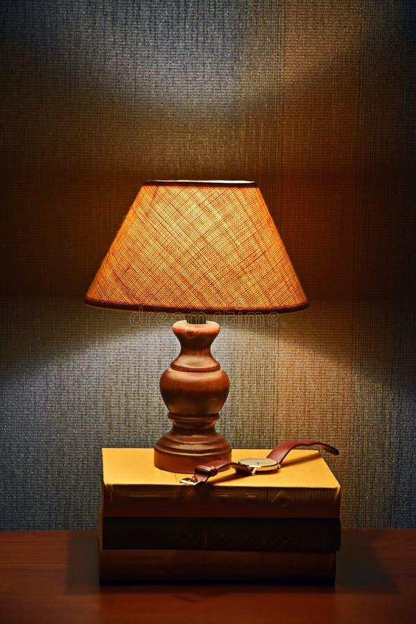 台灯、书和手表 库存照片