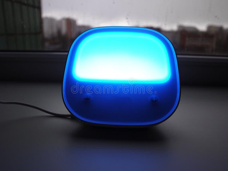 台灯在家 使用为点燃各种各样的表面,LED电灯泡 免版税库存图片