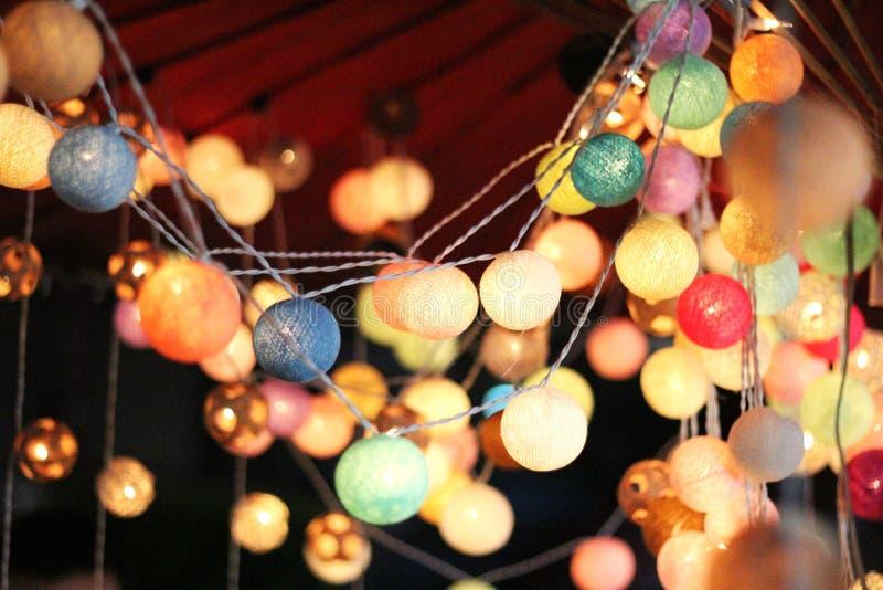 台球球光是五颜六色和五颜六色的,作为商店或一个可爱的房子的装饰 免版税库存图片