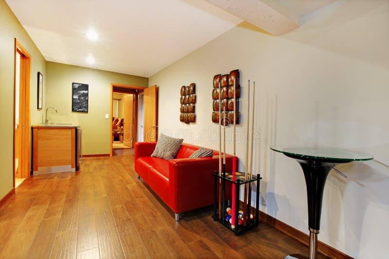 台球走廊红色沙发 库存图片