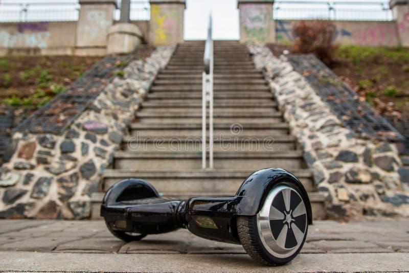 以台阶为背景的黑hoverboard 免版税库存照片