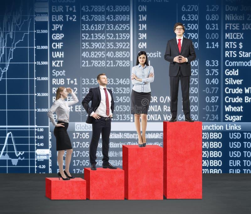 台阶作为一张巨大的红色长条图 商人在每步在金融市场上并肩作战象公司梯子的概念 在 免版税库存照片