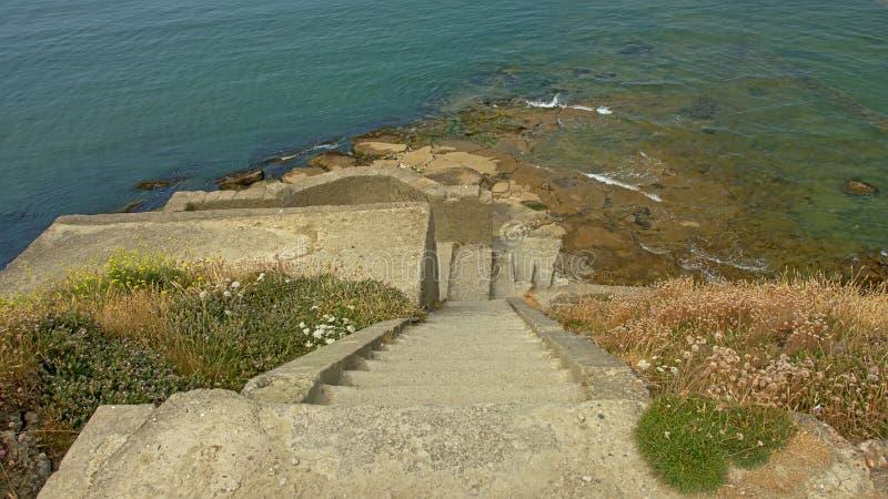台阶做往一个军用平台的废墟在北海的沿岸航行 库存图片