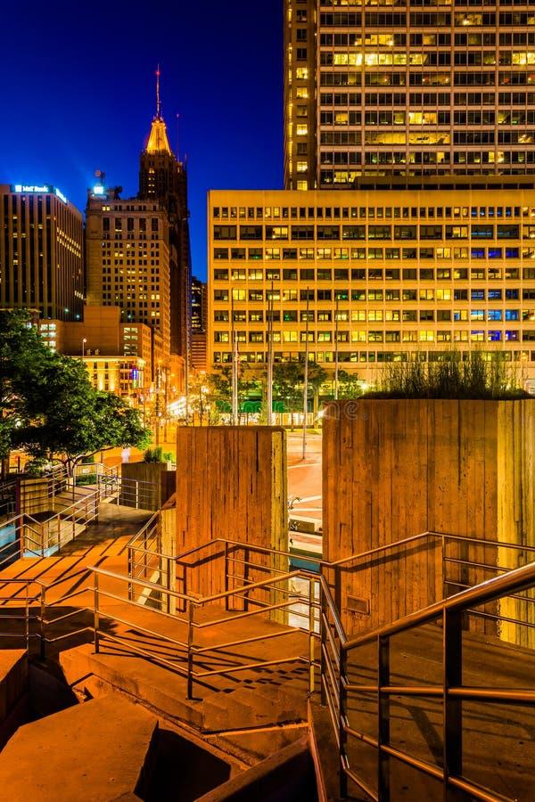 台阶和大厦在内在港口的晚上在巴尔的摩, 免版税库存照片