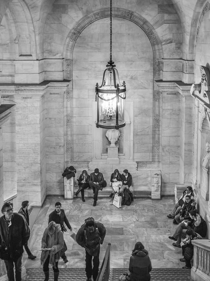 台阶和灯在NYC公立图书馆里 免版税库存图片