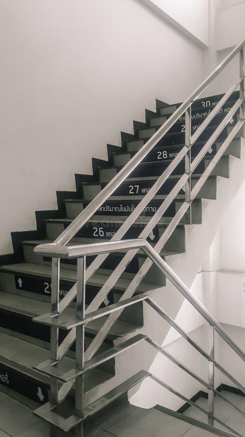 台阶在与不锈钢扶手栏杆的大厦 免版税图库摄影