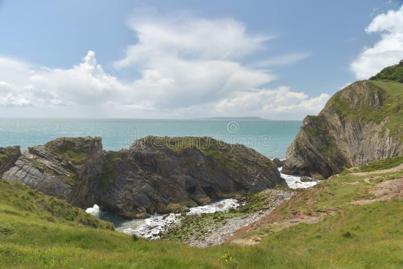 台阶孔在Lulworth小海湾附近的岩层 图库摄影