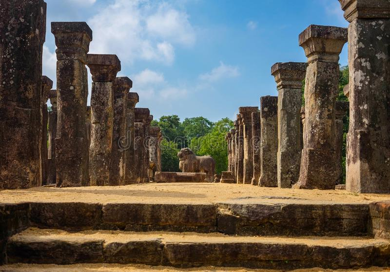 台阶导致King& x27; s Nissanka会议室,装饰用被雕刻的柱子, Polonnaruwa,斯里兰卡 库存图片