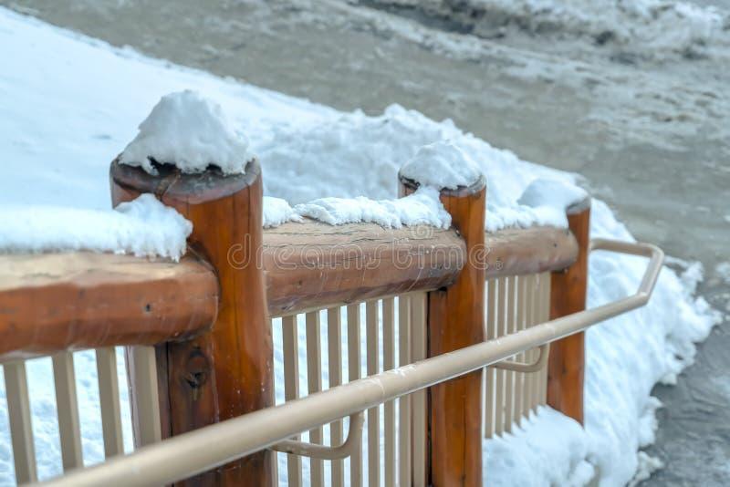 台阶斯诺伊木扶手栏杆在帕克犹他 免版税图库摄影