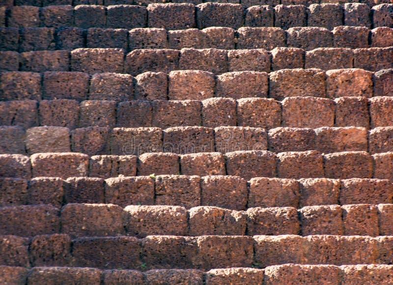 台阶由红土带砖做成在Kao巴生nok 免版税图库摄影